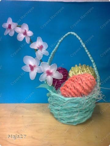 Корзинка с пасхальными яичками.Цветы сделала из капрона. фото 1