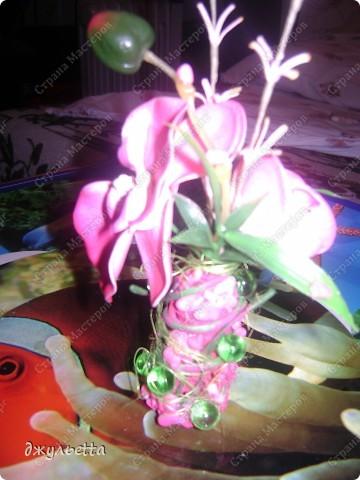 эта ваза декорирована ракушками,т.е. сами цветы из ракушек,добавлены стеклянные шарики.ваза покрыта черной эмалью поверх которой нанесен колер розового цвета,причем эмаль должна быть невысохшей,что при контакте с колером даёт трещины и создаётся очень интересная фактура) фото 25