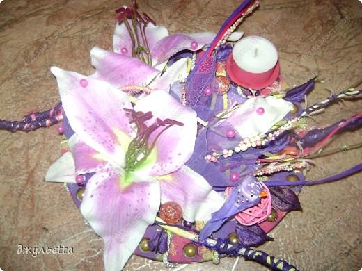 эта ваза декорирована ракушками,т.е. сами цветы из ракушек,добавлены стеклянные шарики.ваза покрыта черной эмалью поверх которой нанесен колер розового цвета,причем эмаль должна быть невысохшей,что при контакте с колером даёт трещины и создаётся очень интересная фактура) фото 27