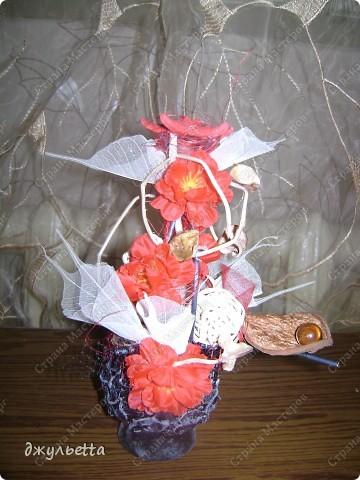 эта ваза декорирована ракушками,т.е. сами цветы из ракушек,добавлены стеклянные шарики.ваза покрыта черной эмалью поверх которой нанесен колер розового цвета,причем эмаль должна быть невысохшей,что при контакте с колером даёт трещины и создаётся очень интересная фактура) фото 31