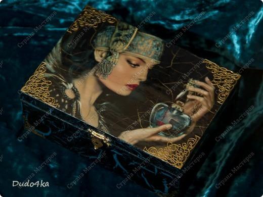 """Деревянная шкатулка, декорированная в технике декупаж, с применением кракелюра,внутри отделка золотой поталью. В декоре использовалась распечатка работы художника EMILE NOORDELOOS """"Poisonous heart"""". фото 1"""