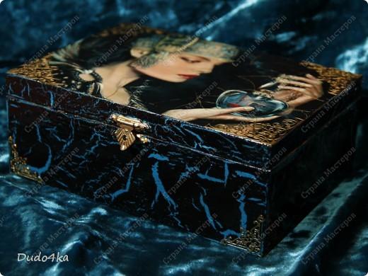 """Деревянная шкатулка, декорированная в технике декупаж, с применением кракелюра,внутри отделка золотой поталью. В декоре использовалась распечатка работы художника EMILE NOORDELOOS """"Poisonous heart"""". фото 2"""