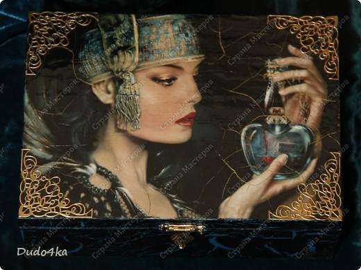 """Деревянная шкатулка, декорированная в технике декупаж, с применением кракелюра,внутри отделка золотой поталью. В декоре использовалась распечатка работы художника EMILE NOORDELOOS """"Poisonous heart"""". фото 3"""