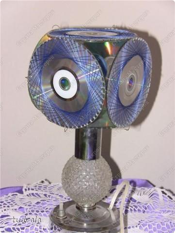 Что вы делаете со старыми CD дисками? А мы их решили использовать вот таким нестандартным способом. По краю диска сделали пропилы и оформили каждый диск в технике изонить. Диски соединили между собой.
