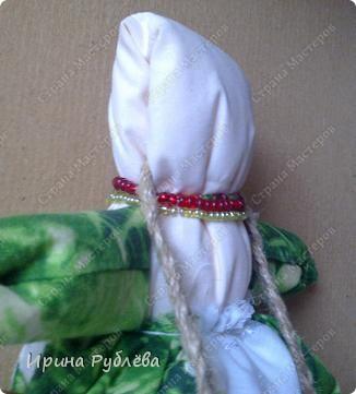 Кукла кувадка делается просто. Тело я, обычно, делаю из х/б ткани белого или, похожего на телесный, цвета. Руки из ткани как и юбка. Мне так больше нравится. Нитки использую х/б, прочные. Посколку куколку резать и колоть иголкой нельзя, то все детали от основной ткани мы отрываем и связываем нитками на 2-3-узла. фото 7