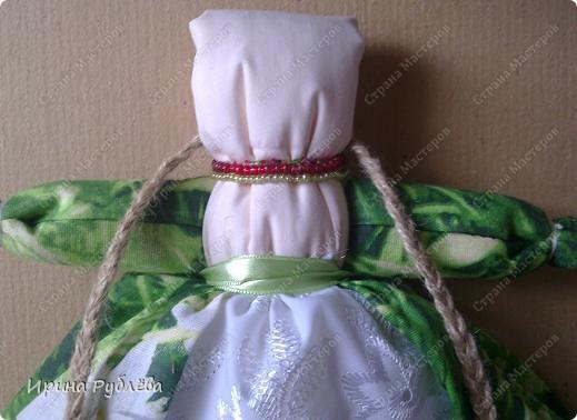 Кукла кувадка делается просто. Тело я, обычно, делаю из х/б ткани белого или, похожего на телесный, цвета. Руки из ткани как и юбка. Мне так больше нравится. Нитки использую х/б, прочные. Посколку куколку резать и колоть иголкой нельзя, то все детали от основной ткани мы отрываем и связываем нитками на 2-3-узла. фото 8