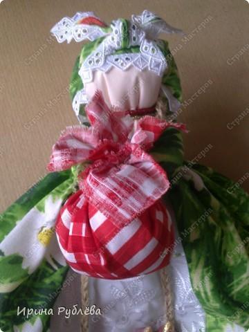 Кукла кувадка делается просто. Тело я, обычно, делаю из х/б ткани белого или, похожего на телесный, цвета. Руки из ткани как и юбка. Мне так больше нравится. Нитки использую х/б, прочные. Посколку куколку резать и колоть иголкой нельзя, то все детали от основной ткани мы отрываем и связываем нитками на 2-3-узла. фото 16