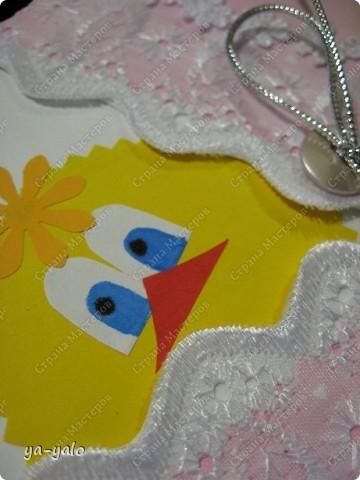 Увидела я вчера  у Ирины (Голубка) очаровательных цыплят http://stranamasterov.ru/node/175333. И захотелось мне сделать своего цыплёночка. Был у меня на примете вот этот МК http://1001variant.ru/?p=571&cpage=1. Перебирая свои запасы, я вдруг))) заметила, что у полосок шитья есть зубчики))), которые при совмещении входят один в другой, как у разбитых яичных скорлупок. Этот эффект шитья я и решила использовать в своей открытке. Получилось очень похоже на конверт новорождённого (Люда, узнаёшь цветочки?)) фото 9