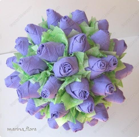 Факт тот, что в живой природе  ни синих, ни голубых роз не существует.  Дело в том, что  в них отсутствует ген синего пигмента - дельфинидин, который мог бы дать розам синий (голубой) цвет.  В 2009 году прошла новость, что японская корпорация Сантори объявила, что на прилавки поступят первые в мире  синие розы.  На Шоу цветов в Токио гендиректор отметил, что данная роза – генетически-модифицированный продукт, полученный путем имплантации необходимого гена  от анютиных глазок. Назвали новые розы -  «Аплодисменты», в знак поздравления и поощрения тех, кто добился своей мечты.  «Ну вот, наконец-то!» - подумала я.  фото 3