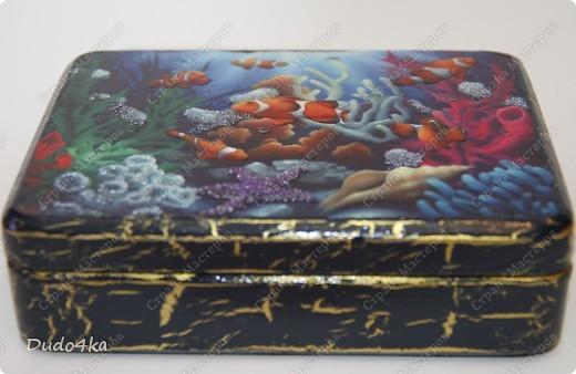 Небольшая деревянная шкатулка, декорирована в технике декупаж,состарена, с отделкой жемчужинами рефлекса и 3d-лаком.Внутри бордовый бархат. В декоре использовалась иллюстрация Дэвида Миллера. фото 2