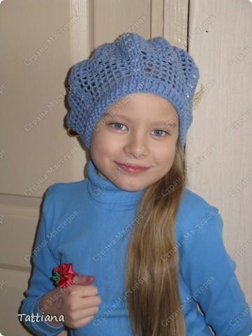 После осенней бисерной беретомании, и связанного розового берета с бисером, моя внучка Маричка сделала заказ - голубой берет, и непременно с голубым бисером. фото 1