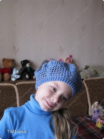 После осенней бисерной беретомании, и связанного розового берета с бисером, моя внучка Маричка сделала заказ - голубой берет, и непременно с голубым бисером. фото 2