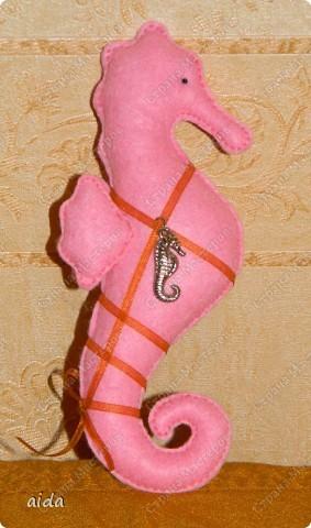 совершенно случайно в мои шаловливые ручки попала выкройка любимого морского конька.... на радостях вышел из под пера, ой, иголки, вот такой розовенький лошаденок))) фото 1