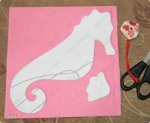 совершенно случайно в мои шаловливые ручки попала выкройка любимого морского конька.... на радостях вышел из под пера, ой, иголки, вот такой розовенький лошаденок))) фото 3