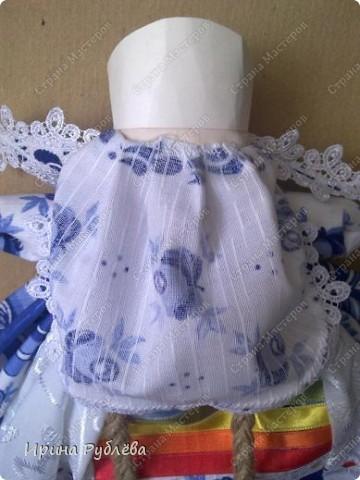Кукла кувадка делается просто. Тело я, обычно, делаю из х/б ткани белого или, похожего на телесный, цвета. Руки из ткани как и юбка. Мне так больше нравится. Нитки использую х/б, прочные. Посколку куколку резать и колоть иголкой нельзя, то все детали от основной ткани мы отрываем и связываем нитками на 2-3-узла. фото 22