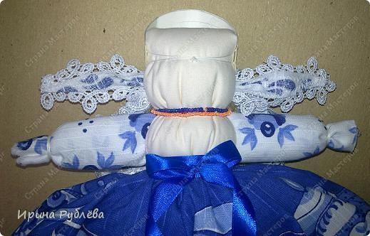 Кукла кувадка делается просто. Тело я, обычно, делаю из х/б ткани белого или, похожего на телесный, цвета. Руки из ткани как и юбка. Мне так больше нравится. Нитки использую х/б, прочные. Посколку куколку резать и колоть иголкой нельзя, то все детали от основной ткани мы отрываем и связываем нитками на 2-3-узла. фото 23