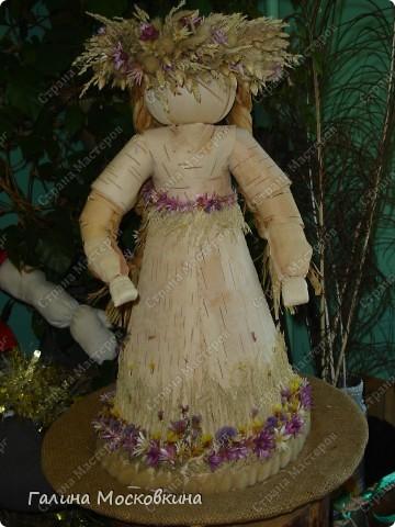 Сама кукла выполнены из бересты и кукурузных листьев. Венок и украшения подола - из трав и сухоцветов.