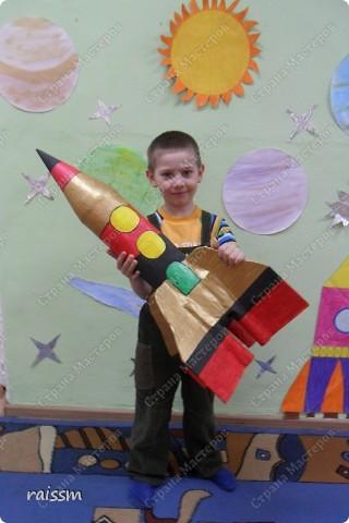 Папа нам собрал каркас ракеты, мальчишки облепили бумагой и раскрасили, а я, как только сейчас поняла, никакого участия, оказывается, и не приняла в этом грандиозном строительстве, но всё время болталась рядом! Как же без меня-то?!