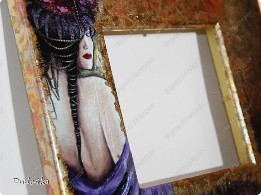 Хочу предложить Вам вариант декора деревянной рамки. Здесь декупаж, состаривание кракелюрным лаком и декор листовой окисленной поталью. фото 8