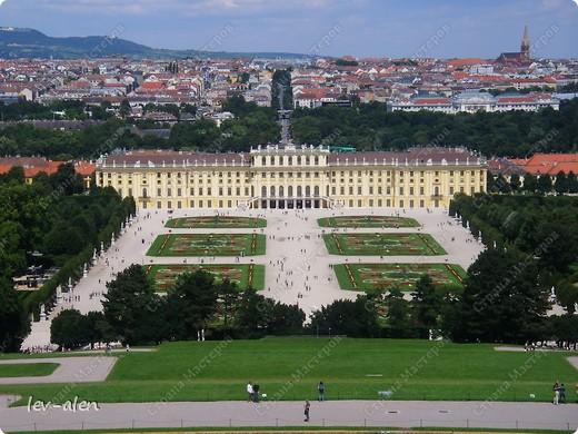 Воодушевившись фотопутешествиями Олесандры и фоторепортажем из московского зоопарка Hani , решила пригласить вас в виртуальное путешествие по парку Дворца Шёнбрунн  ( венской резиденции австрийских императоров ) и расположенному там зоопарку. Построенный в 1752 году в качестве императорского зверинца, он является старейшим зоопарком в мире. В то время зоопарк был доступен только членам императорской семьи. Император Иосиф II особенно любил это место, и сделал немало для развития парка. Он много путешествовал по Африке и Америке, привозя из каждой поездки животных для пополнения коллекции. При нем же, в 1779г., зоопарк открыли для публики, причем бесплатно.  фото 1