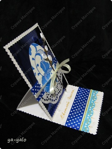 Ещё одна пасхальная открытка - хрупкая веточка вербы, обрамленная разными оттенками синего. Синий я по-прежнему не люблю))) Но уж так сложилось. Нравится глубина этого фольгированного картона фото 3