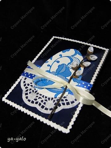Ещё одна пасхальная открытка - хрупкая веточка вербы, обрамленная разными оттенками синего. Синий я по-прежнему не люблю))) Но уж так сложилось. Нравится глубина этого фольгированного картона фото 4