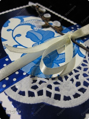Ещё одна пасхальная открытка - хрупкая веточка вербы, обрамленная разными оттенками синего. Синий я по-прежнему не люблю))) Но уж так сложилось. Нравится глубина этого фольгированного картона фото 10