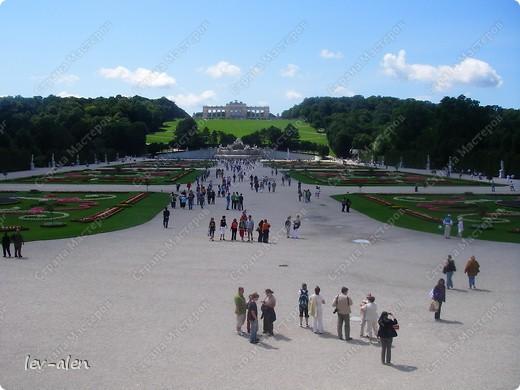 Воодушевившись фотопутешествиями Олесандры и фоторепортажем из московского зоопарка Hani , решила пригласить вас в виртуальное путешествие по парку Дворца Шёнбрунн  ( венской резиденции австрийских императоров ) и расположенному там зоопарку. Построенный в 1752 году в качестве императорского зверинца, он является старейшим зоопарком в мире. В то время зоопарк был доступен только членам императорской семьи. Император Иосиф II особенно любил это место, и сделал немало для развития парка. Он много путешествовал по Африке и Америке, привозя из каждой поездки животных для пополнения коллекции. При нем же, в 1779г., зоопарк открыли для публики, причем бесплатно.  фото 16