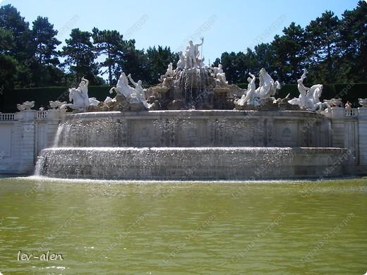 Воодушевившись фотопутешествиями Олесандры и фоторепортажем из московского зоопарка Hani , решила пригласить вас в виртуальное путешествие по парку Дворца Шёнбрунн  ( венской резиденции австрийских императоров ) и расположенному там зоопарку. Построенный в 1752 году в качестве императорского зверинца, он является старейшим зоопарком в мире. В то время зоопарк был доступен только членам императорской семьи. Император Иосиф II особенно любил это место, и сделал немало для развития парка. Он много путешествовал по Африке и Америке, привозя из каждой поездки животных для пополнения коллекции. При нем же, в 1779г., зоопарк открыли для публики, причем бесплатно.  фото 17