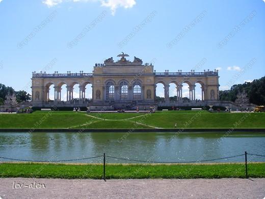 Воодушевившись фотопутешествиями Олесандры и фоторепортажем из московского зоопарка Hani , решила пригласить вас в виртуальное путешествие по парку Дворца Шёнбрунн  ( венской резиденции австрийских императоров ) и расположенному там зоопарку. Построенный в 1752 году в качестве императорского зверинца, он является старейшим зоопарком в мире. В то время зоопарк был доступен только членам императорской семьи. Император Иосиф II особенно любил это место, и сделал немало для развития парка. Он много путешествовал по Африке и Америке, привозя из каждой поездки животных для пополнения коллекции. При нем же, в 1779г., зоопарк открыли для публики, причем бесплатно.  фото 28