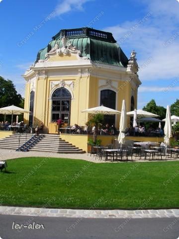 Воодушевившись фотопутешествиями Олесандры и фоторепортажем из московского зоопарка Hani , решила пригласить вас в виртуальное путешествие по парку Дворца Шёнбрунн  ( венской резиденции австрийских императоров ) и расположенному там зоопарку. Построенный в 1752 году в качестве императорского зверинца, он является старейшим зоопарком в мире. В то время зоопарк был доступен только членам императорской семьи. Император Иосиф II особенно любил это место, и сделал немало для развития парка. Он много путешествовал по Африке и Америке, привозя из каждой поездки животных для пополнения коллекции. При нем же, в 1779г., зоопарк открыли для публики, причем бесплатно.  фото 73