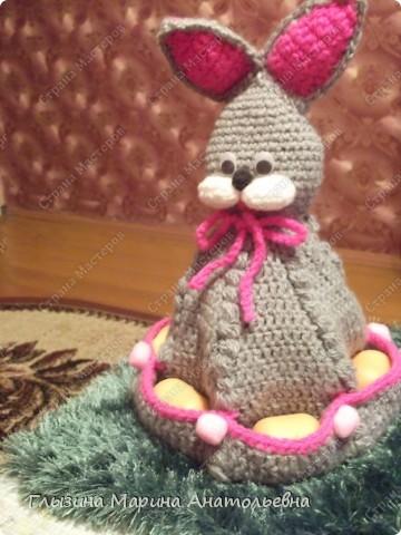Таких зайчат мы с детьми вязали в предверии Светлого праздника Пасхи. Кармашки которые предназначены для пасхальных яиц, пока заполнены яичками от киндер - сюрпризов.