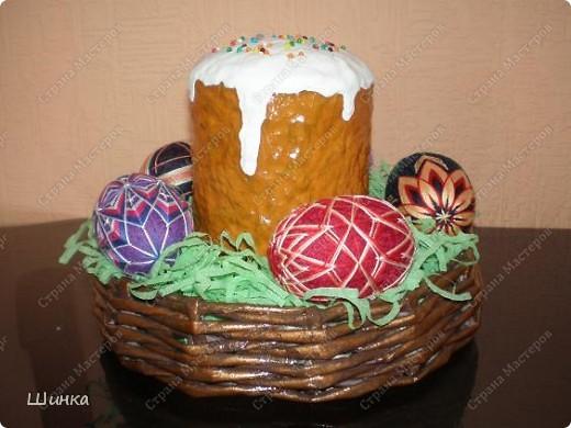 """Вот такую пасхальную композицию сделали на выставку """"Пасхальное яйцо"""". Корзинка сплетена из газетных трубочек. Кулич - это папье-маше. Пысанки - китайские темари в форме яйца. фото 2"""