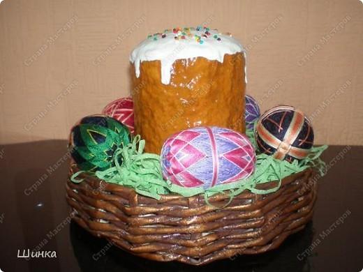 """Вот такую пасхальную композицию сделали на выставку """"Пасхальное яйцо"""". Корзинка сплетена из газетных трубочек. Кулич - это папье-маше. Пысанки - китайские темари в форме яйца. фото 3"""