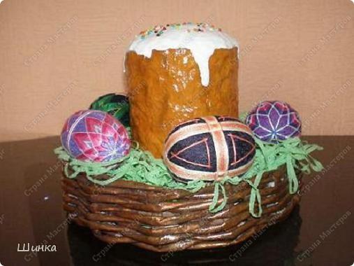 """Вот такую пасхальную композицию сделали на выставку """"Пасхальное яйцо"""". Корзинка сплетена из газетных трубочек. Кулич - это папье-маше. Пысанки - китайские темари в форме яйца. фото 4"""
