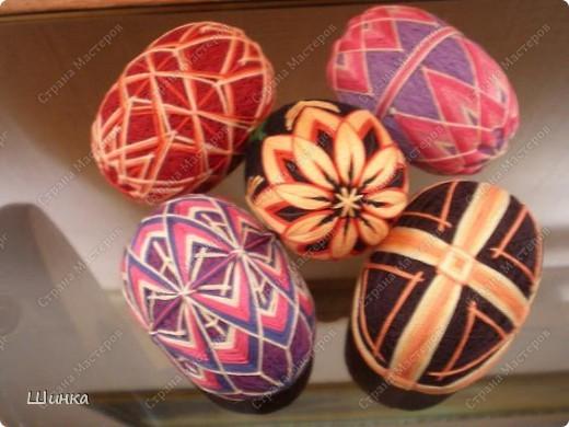 """Вот такую пасхальную композицию сделали на выставку """"Пасхальное яйцо"""". Корзинка сплетена из газетных трубочек. Кулич - это папье-маше. Пысанки - китайские темари в форме яйца. фото 6"""
