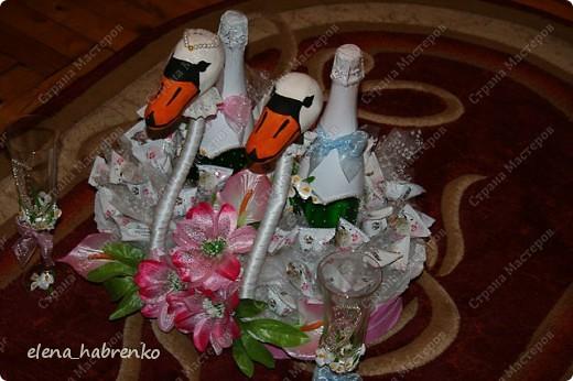У сына свадьба. Вот решила сделать детям подарок. И мы с подругой взялись за работу. Купила бокалы, цернит, ленты, бисер, бусинки и стали лепить цветы. И вот наконец у нас получились два таких симпатичных бокала. Дополнила серебряным бисером и сформировала два полусердца. Когда они рядом - сердце полное.  фото 11
