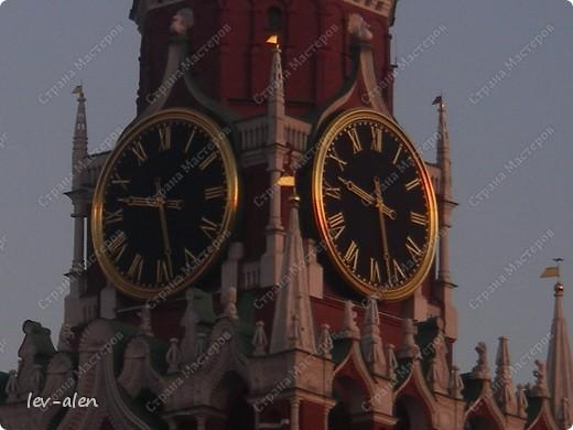 Приглашаю вас на фотопрогулку в Московский Кремль. Фотографии сделаны в разное время года, поэтому погода и освещение разное. Современные очертания Кремль приобрел в 15 веке. Он построен в форме неправильного треугольника. Протяженность стен с башнями -2235метров. С учетом рельефа местности возведены стены высотой от5 до 19 метров (это будет заметно на фотографиях).  Это наверное визитная карточка Кремля- Спасская башня. Названа так по образу Спаса Нерукотворного, расположенного над парадными проездными воротами башни. Слева 14-й корпус Кремля — административный корпус, о нем скажу позднее.  фото 3