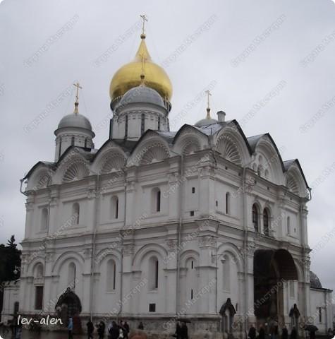 Приглашаю вас на фотопрогулку в Московский Кремль. Фотографии сделаны в разное время года, поэтому погода и освещение разное. Современные очертания Кремль приобрел в 15 веке. Он построен в форме неправильного треугольника. Протяженность стен с башнями -2235метров. С учетом рельефа местности возведены стены высотой от5 до 19 метров (это будет заметно на фотографиях).  Это наверное визитная карточка Кремля- Спасская башня. Названа так по образу Спаса Нерукотворного, расположенного над парадными проездными воротами башни. Слева 14-й корпус Кремля — административный корпус, о нем скажу позднее.  фото 16