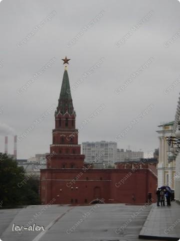 Приглашаю вас на фотопрогулку в Московский Кремль. Фотографии сделаны в разное время года, поэтому погода и освещение разное. Современные очертания Кремль приобрел в 15 веке. Он построен в форме неправильного треугольника. Протяженность стен с башнями -2235метров. С учетом рельефа местности возведены стены высотой от5 до 19 метров (это будет заметно на фотографиях).  Это наверное визитная карточка Кремля- Спасская башня. Названа так по образу Спаса Нерукотворного, расположенного над парадными проездными воротами башни. Слева 14-й корпус Кремля — административный корпус, о нем скажу позднее.  фото 5