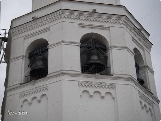 Приглашаю вас на фотопрогулку в Московский Кремль. Фотографии сделаны в разное время года, поэтому погода и освещение разное. Современные очертания Кремль приобрел в 15 веке. Он построен в форме неправильного треугольника. Протяженность стен с башнями -2235метров. С учетом рельефа местности возведены стены высотой от5 до 19 метров (это будет заметно на фотографиях).  Это наверное визитная карточка Кремля- Спасская башня. Названа так по образу Спаса Нерукотворного, расположенного над парадными проездными воротами башни. Слева 14-й корпус Кремля — административный корпус, о нем скажу позднее.  фото 21
