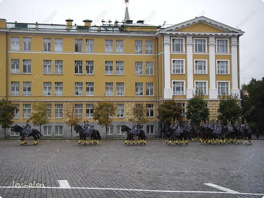 Приглашаю вас на фотопрогулку в Московский Кремль. Фотографии сделаны в разное время года, поэтому погода и освещение разное. Современные очертания Кремль приобрел в 15 веке. Он построен в форме неправильного треугольника. Протяженность стен с башнями -2235метров. С учетом рельефа местности возведены стены высотой от5 до 19 метров (это будет заметно на фотографиях).  Это наверное визитная карточка Кремля- Спасская башня. Названа так по образу Спаса Нерукотворного, расположенного над парадными проездными воротами башни. Слева 14-й корпус Кремля — административный корпус, о нем скажу позднее.  фото 25