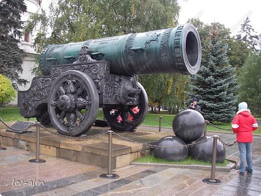 Приглашаю вас на фотопрогулку в Московский Кремль. Фотографии сделаны в разное время года, поэтому погода и освещение разное. Современные очертания Кремль приобрел в 15 веке. Он построен в форме неправильного треугольника. Протяженность стен с башнями -2235метров. С учетом рельефа местности возведены стены высотой от5 до 19 метров (это будет заметно на фотографиях).  Это наверное визитная карточка Кремля- Спасская башня. Названа так по образу Спаса Нерукотворного, расположенного над парадными проездными воротами башни. Слева 14-й корпус Кремля — административный корпус, о нем скажу позднее.  фото 23