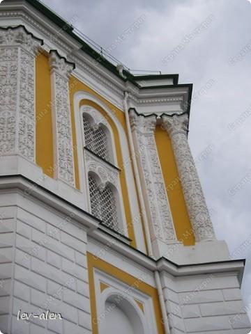 Приглашаю вас на фотопрогулку в Московский Кремль. Фотографии сделаны в разное время года, поэтому погода и освещение разное. Современные очертания Кремль приобрел в 15 веке. Он построен в форме неправильного треугольника. Протяженность стен с башнями -2235метров. С учетом рельефа местности возведены стены высотой от5 до 19 метров (это будет заметно на фотографиях).  Это наверное визитная карточка Кремля- Спасская башня. Названа так по образу Спаса Нерукотворного, расположенного над парадными проездными воротами башни. Слева 14-й корпус Кремля — административный корпус, о нем скажу позднее.  фото 8