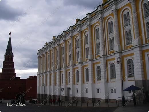 Приглашаю вас на фотопрогулку в Московский Кремль. Фотографии сделаны в разное время года, поэтому погода и освещение разное. Современные очертания Кремль приобрел в 15 веке. Он построен в форме неправильного треугольника. Протяженность стен с башнями -2235метров. С учетом рельефа местности возведены стены высотой от5 до 19 метров (это будет заметно на фотографиях).  Это наверное визитная карточка Кремля- Спасская башня. Названа так по образу Спаса Нерукотворного, расположенного над парадными проездными воротами башни. Слева 14-й корпус Кремля — административный корпус, о нем скажу позднее.  фото 6