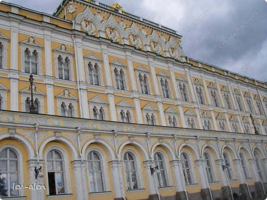 Приглашаю вас на фотопрогулку в Московский Кремль. Фотографии сделаны в разное время года, поэтому погода и освещение разное. Современные очертания Кремль приобрел в 15 веке. Он построен в форме неправильного треугольника. Протяженность стен с башнями -2235метров. С учетом рельефа местности возведены стены высотой от5 до 19 метров (это будет заметно на фотографиях).  Это наверное визитная карточка Кремля- Спасская башня. Названа так по образу Спаса Нерукотворного, расположенного над парадными проездными воротами башни. Слева 14-й корпус Кремля — административный корпус, о нем скажу позднее.  фото 7