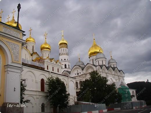 Приглашаю вас на фотопрогулку в Московский Кремль. Фотографии сделаны в разное время года, поэтому погода и освещение разное. Современные очертания Кремль приобрел в 15 веке. Он построен в форме неправильного треугольника. Протяженность стен с башнями -2235метров. С учетом рельефа местности возведены стены высотой от5 до 19 метров (это будет заметно на фотографиях).  Это наверное визитная карточка Кремля- Спасская башня. Названа так по образу Спаса Нерукотворного, расположенного над парадными проездными воротами башни. Слева 14-й корпус Кремля — административный корпус, о нем скажу позднее.  фото 9