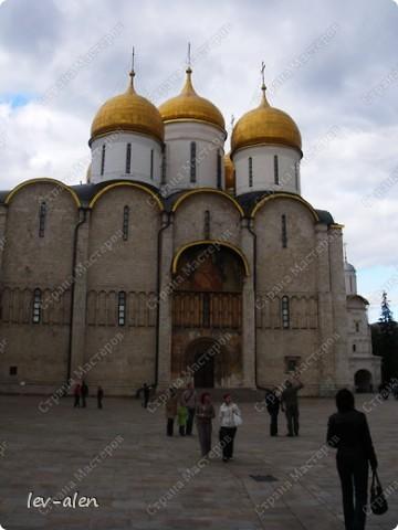 Приглашаю вас на фотопрогулку в Московский Кремль. Фотографии сделаны в разное время года, поэтому погода и освещение разное. Современные очертания Кремль приобрел в 15 веке. Он построен в форме неправильного треугольника. Протяженность стен с башнями -2235метров. С учетом рельефа местности возведены стены высотой от5 до 19 метров (это будет заметно на фотографиях).  Это наверное визитная карточка Кремля- Спасская башня. Названа так по образу Спаса Нерукотворного, расположенного над парадными проездными воротами башни. Слева 14-й корпус Кремля — административный корпус, о нем скажу позднее.  фото 10