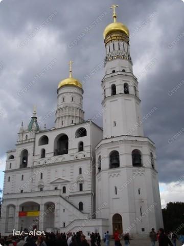 Приглашаю вас на фотопрогулку в Московский Кремль. Фотографии сделаны в разное время года, поэтому погода и освещение разное. Современные очертания Кремль приобрел в 15 веке. Он построен в форме неправильного треугольника. Протяженность стен с башнями -2235метров. С учетом рельефа местности возведены стены высотой от5 до 19 метров (это будет заметно на фотографиях).  Это наверное визитная карточка Кремля- Спасская башня. Названа так по образу Спаса Нерукотворного, расположенного над парадными проездными воротами башни. Слева 14-й корпус Кремля — административный корпус, о нем скажу позднее.  фото 20