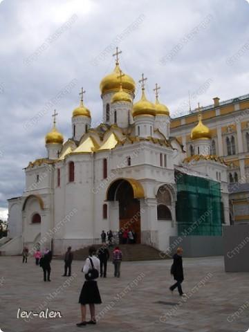 Приглашаю вас на фотопрогулку в Московский Кремль. Фотографии сделаны в разное время года, поэтому погода и освещение разное. Современные очертания Кремль приобрел в 15 веке. Он построен в форме неправильного треугольника. Протяженность стен с башнями -2235метров. С учетом рельефа местности возведены стены высотой от5 до 19 метров (это будет заметно на фотографиях).  Это наверное визитная карточка Кремля- Спасская башня. Названа так по образу Спаса Нерукотворного, расположенного над парадными проездными воротами башни. Слева 14-й корпус Кремля — административный корпус, о нем скажу позднее.  фото 15